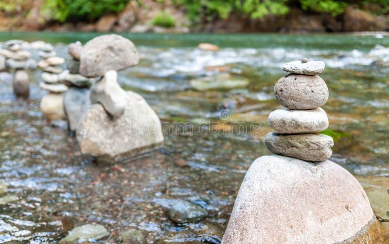 岩层在河 免版税库存照片
