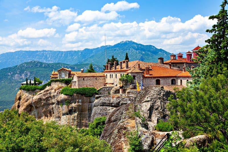 岩层迈泰奥拉美丽如画的看法与修道院的在上面 免版税库存照片
