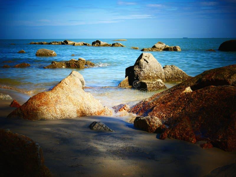 岩石、海和蓝天-槟榔岛,马来西亚 图库摄影