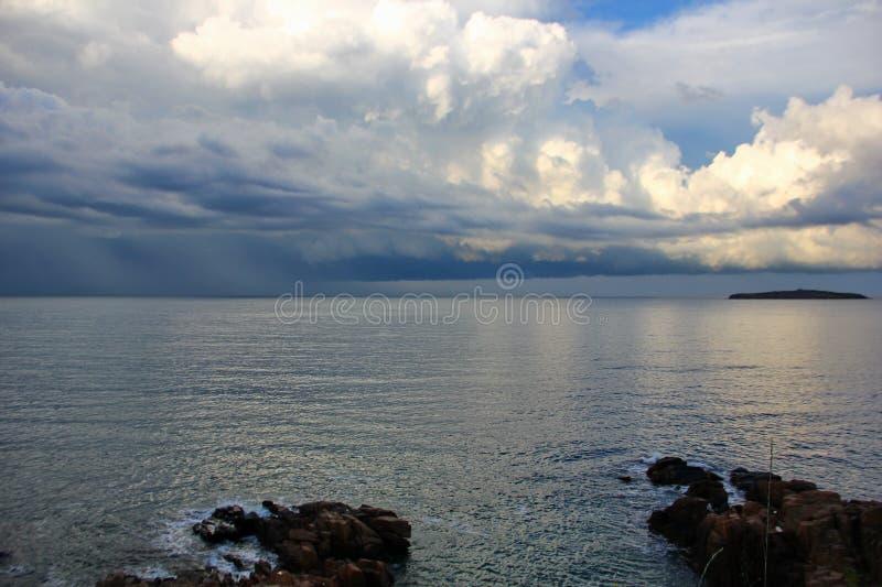 岩石、黑海和美丽的天空与积雨云 库存照片