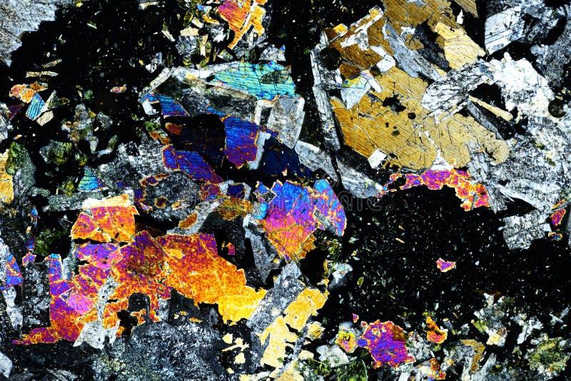 岩石五颜六色的微水晶在偏光的 免版税库存照片