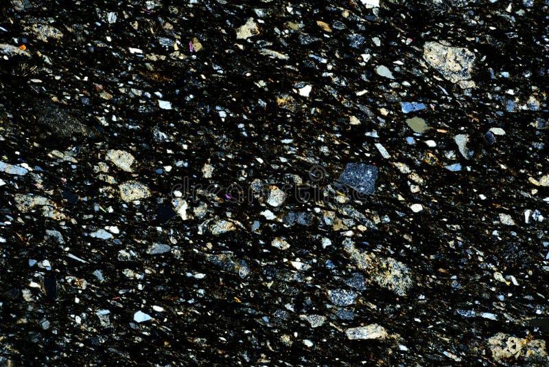 岩石五颜六色的微水晶在偏光的 库存照片