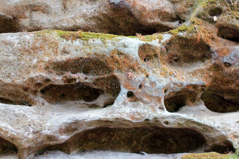 岩石分层堆积-岩石的五颜六色的形成被堆积在上百年 与引人入胜的纹理的有趣的背景 库存照片