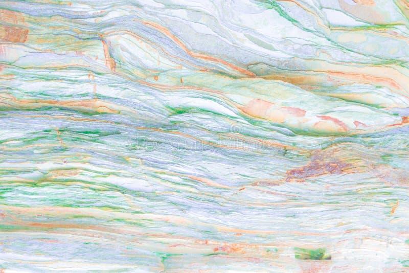 岩石分层堆积-岩石的五颜六色的形成被堆积在上百年 与引人入胜的纹理的有趣的背景 免版税图库摄影