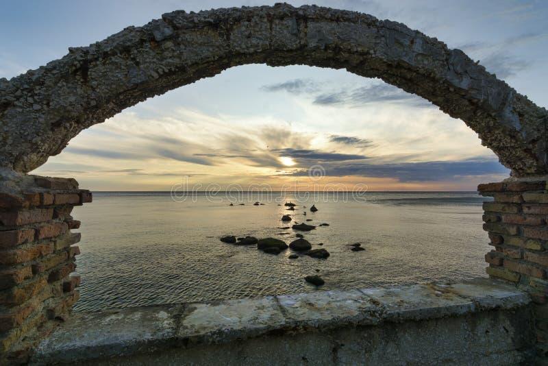 岩石剪影在海, 免版税库存图片