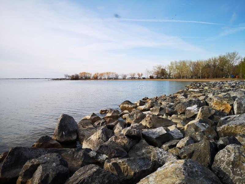 岩石含水湖 免版税库存图片
