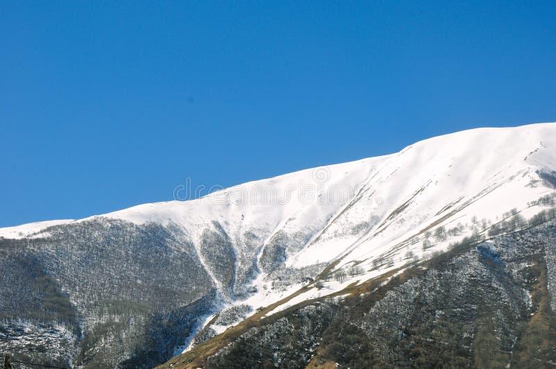 岩石和多雪的山的吻合风景在乡下 免版税图库摄影