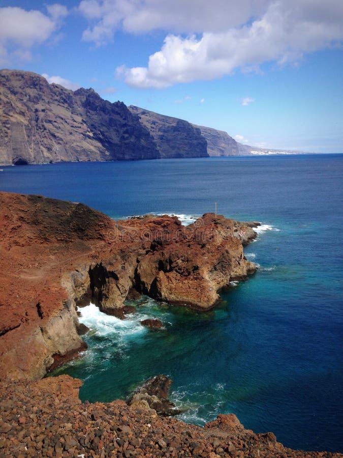 岩石和山在海 免版税库存照片