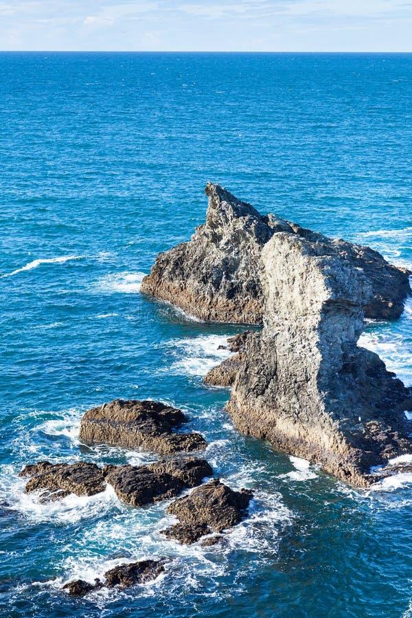 岩石和峭壁在著名海岛佳丽Ile en梅尔的海洋 免版税库存照片