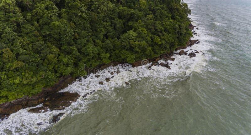 岩石和海滩岸的鸟瞰图 酸值Chang,泰国 库存图片