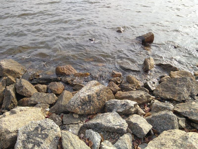 岩石和海滩 免版税库存照片