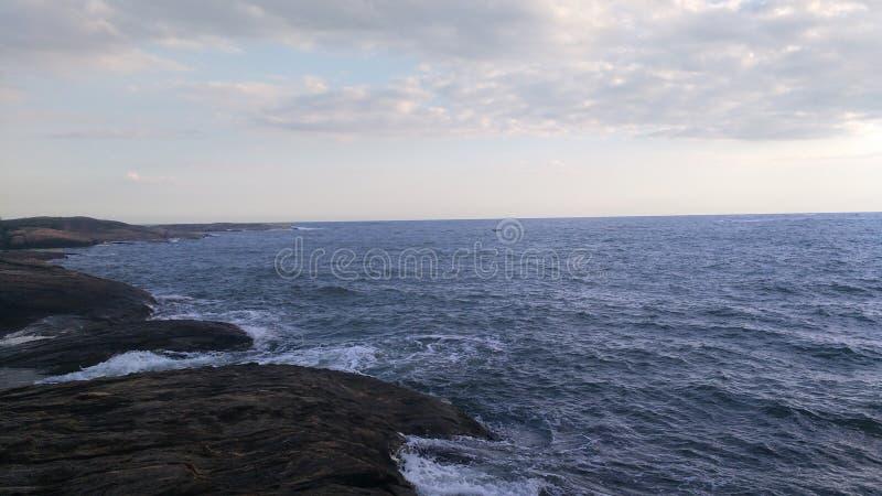 岩石和海看法从岩石的顶端 免版税库存照片