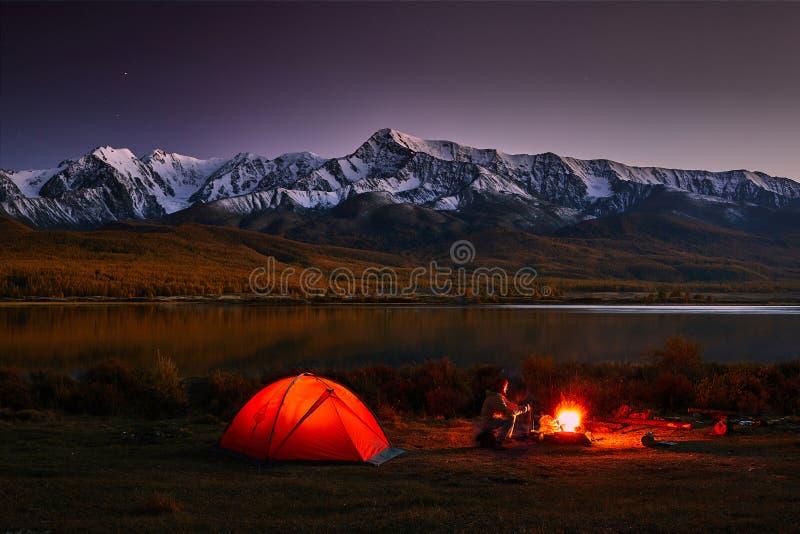 岩石和湖巨大看法  剧烈和美丽如画的场面 免版税图库摄影