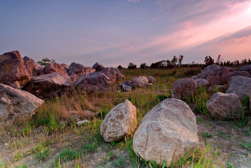 岩石和玫瑰色云彩 免版税库存图片