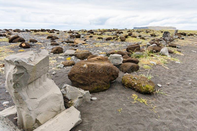 岩石和石头在Reynisfjara在冰岛靠岸 免版税库存照片