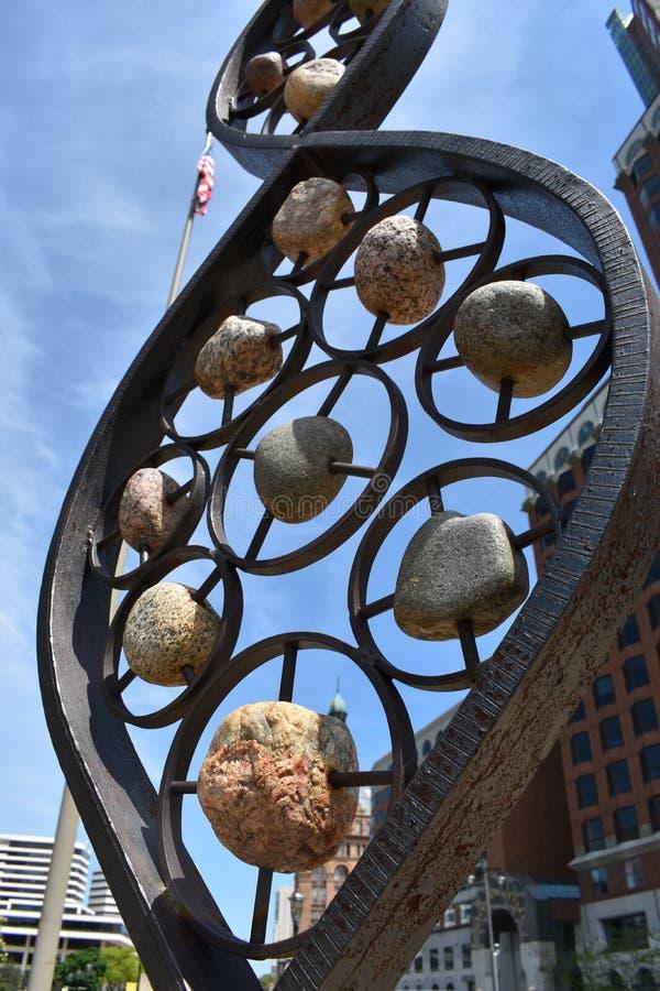 岩石和钢雕象 免版税库存图片