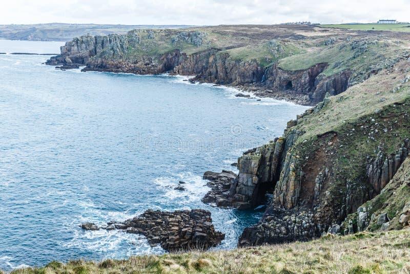 岩石和陡峭的海岸线 库存照片