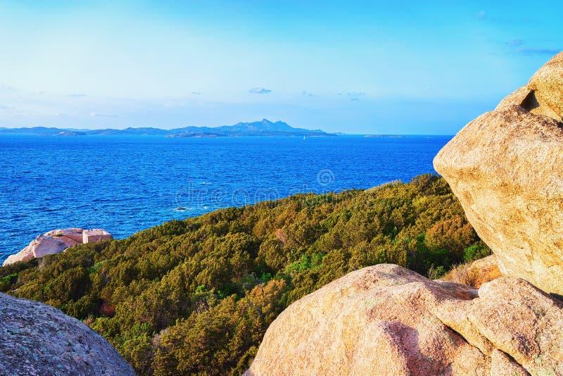 岩石品柱耶老岛在科斯塔Smeralda撒丁岛 库存照片