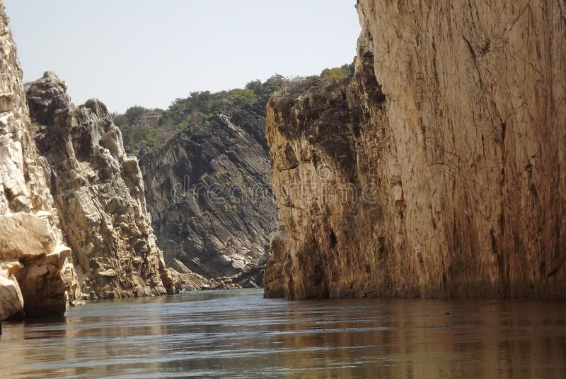 岩石在任何一方围拢的壮观的水路 库存图片