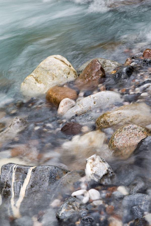 岩石在河本质上 库存图片