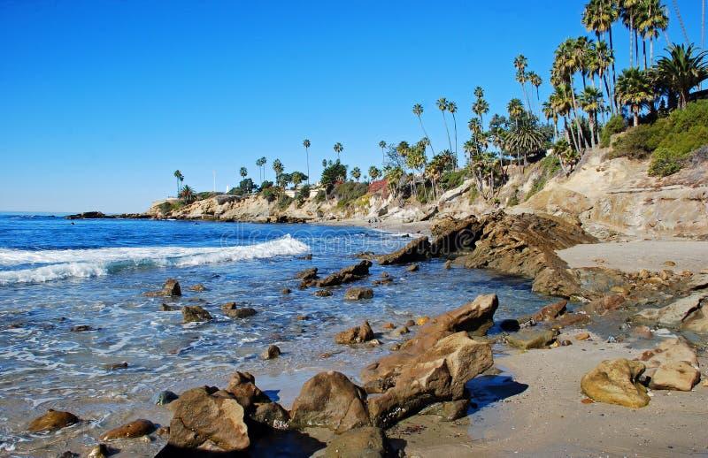 岩石在海斯勒公园下的堆海滩,拉古纳海滩,  免版税库存照片