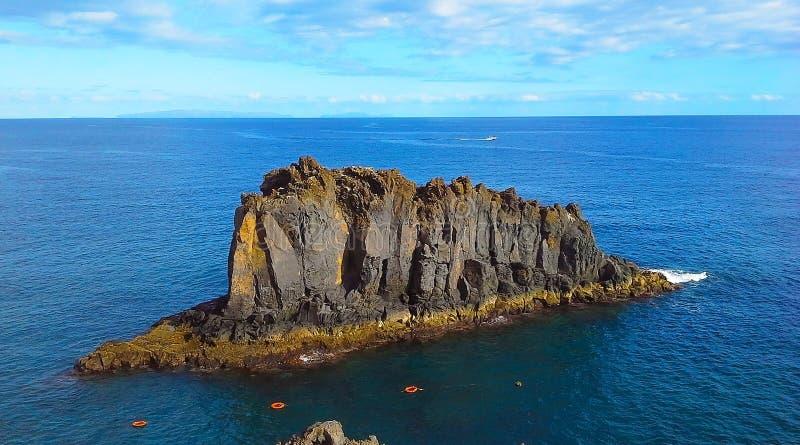 岩石在海洋,马德拉,丰沙尔,葡萄牙 免版税库存照片
