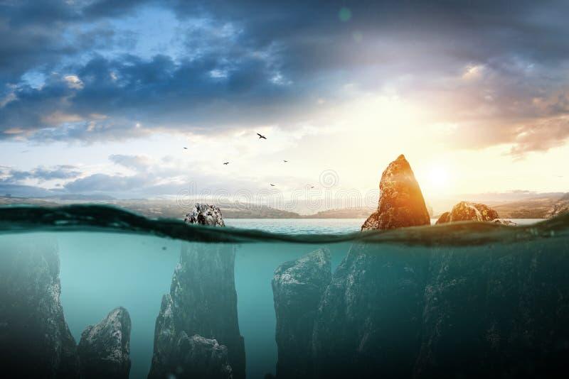 岩石在海,自然秀丽  免版税库存照片