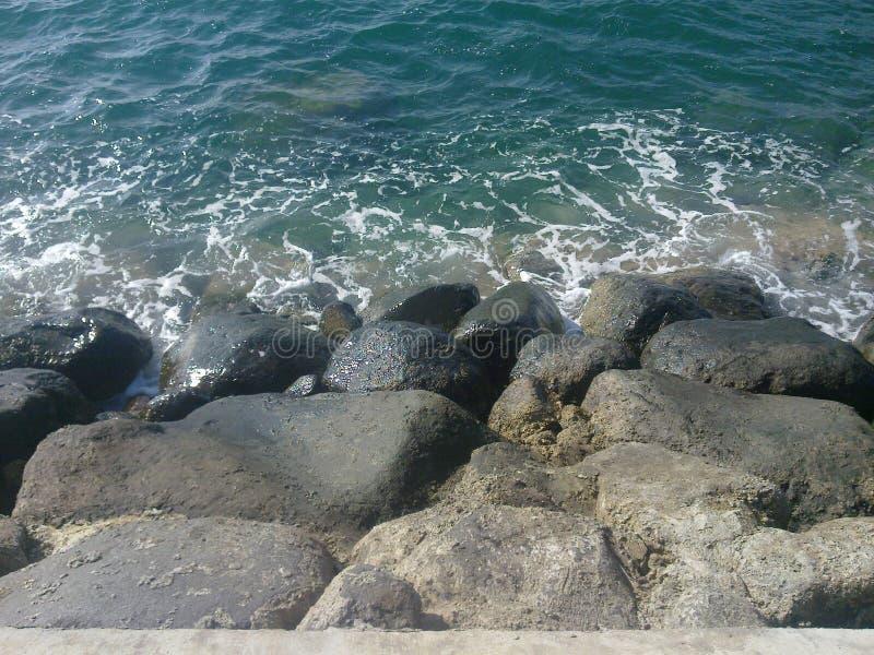 岩石在清楚的水中 免版税库存照片