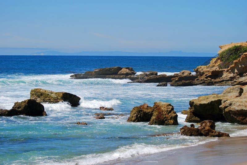 岩石在纪念碑点下的堆海滩,拉古纳海滩 免版税图库摄影