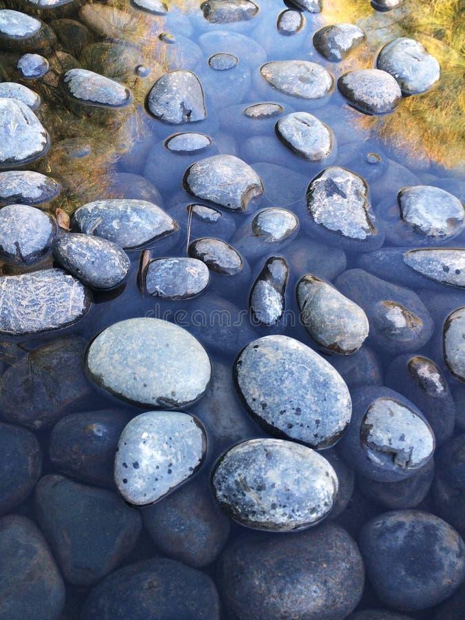 岩石在镇静水中 免版税库存图片
