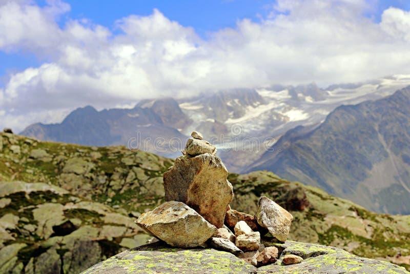 岩石堆在山的石标教导 免版税库存照片