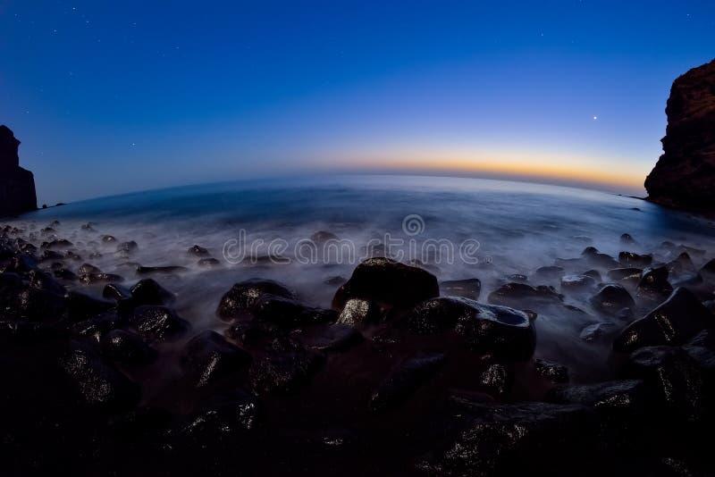 岩石大西洋海岸的夜长的曝光在大加那利岛海岛的西部部分的 免版税库存图片