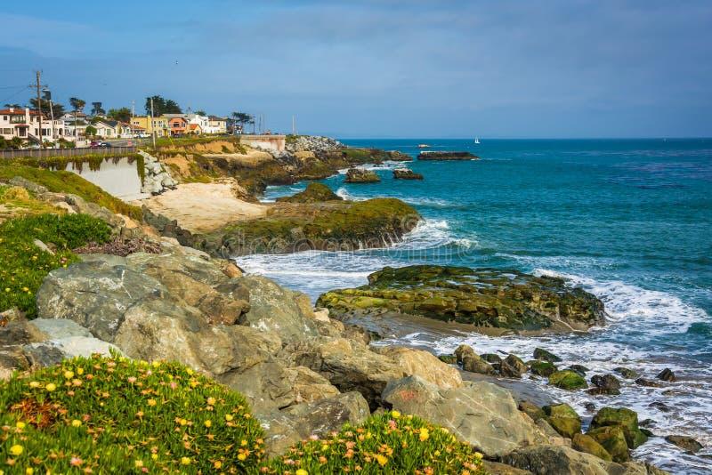 岩石太平洋海岸的看法在圣克鲁斯 库存照片