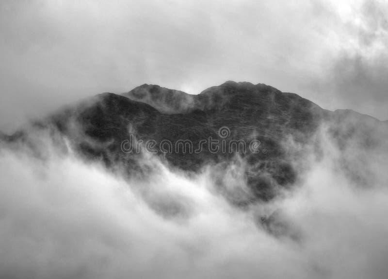 岩石小山的峰顶在圣Fillans村庄的 库存图片