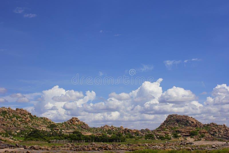岩石山和云彩的看法在亨比,卡纳塔克邦,印度 免版税库存照片