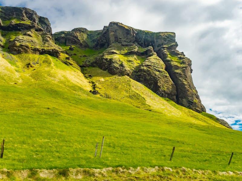 岩石山自然冰岛风景和ye的领域 库存照片