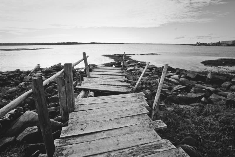 岩石岸的弯曲的老木船坞 俄罗斯,卡累利阿 库存照片