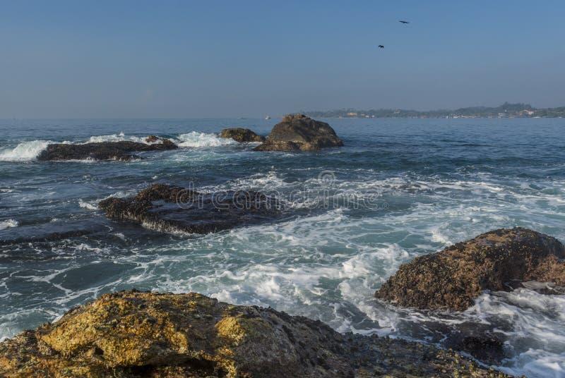 岩石岸美好的惊人的风景在海岛的海洋的 库存照片
