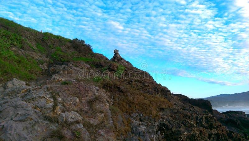 岩石岸,明亮的蓝天 库存照片