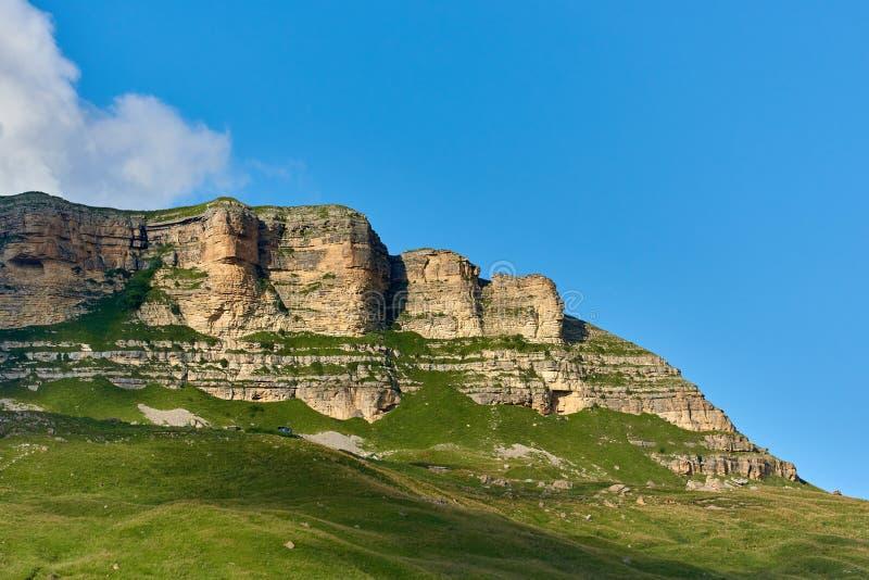 岩石峭壁在多云天空下 卡拉恰伊-切尔克斯共和国,北高加索俄罗斯 库存图片