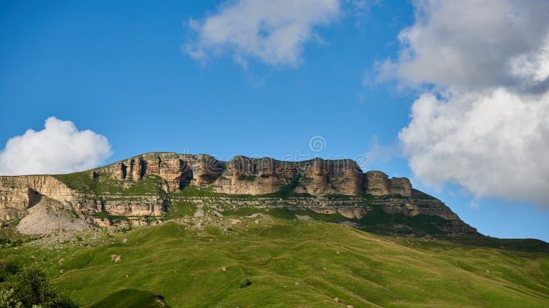 岩石峭壁在多云天空下 卡拉恰伊-切尔克斯共和国,北高加索俄罗斯 免版税图库摄影