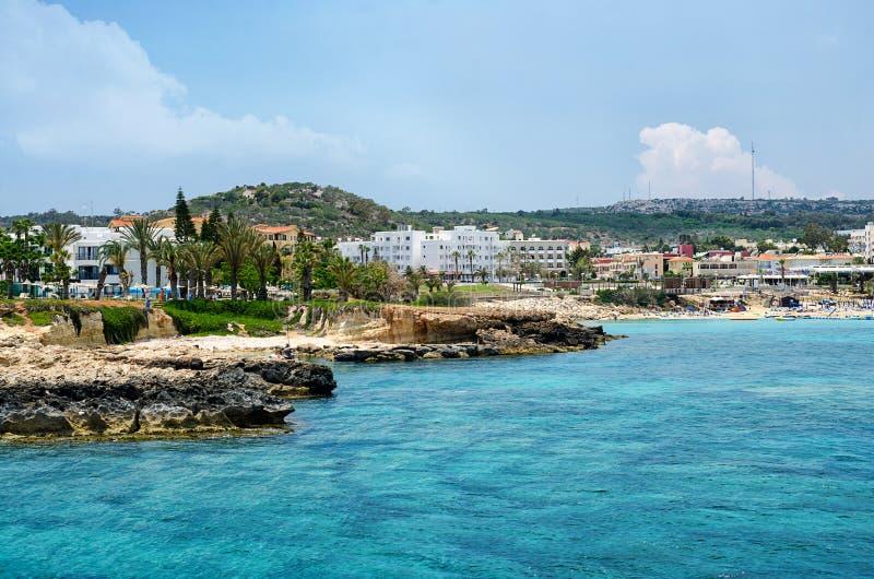 岩石峭壁的全景在海岸线的在Ayia Napa,塞浦路斯旁边 库存图片