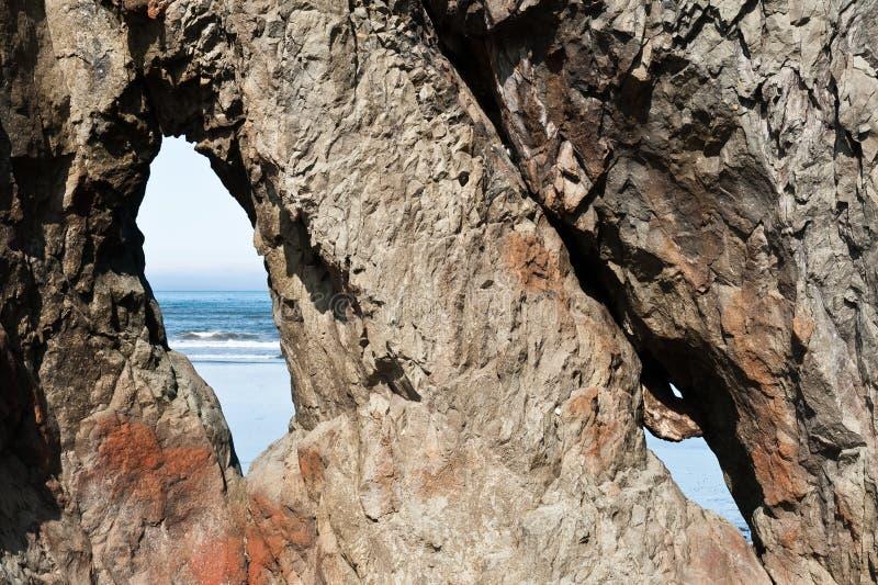 岩石接近的看法与孔的在红宝石海滩 免版税库存图片