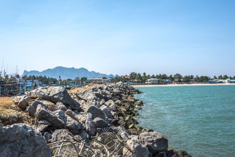 岩石水坝的渔村在海滩 库存图片