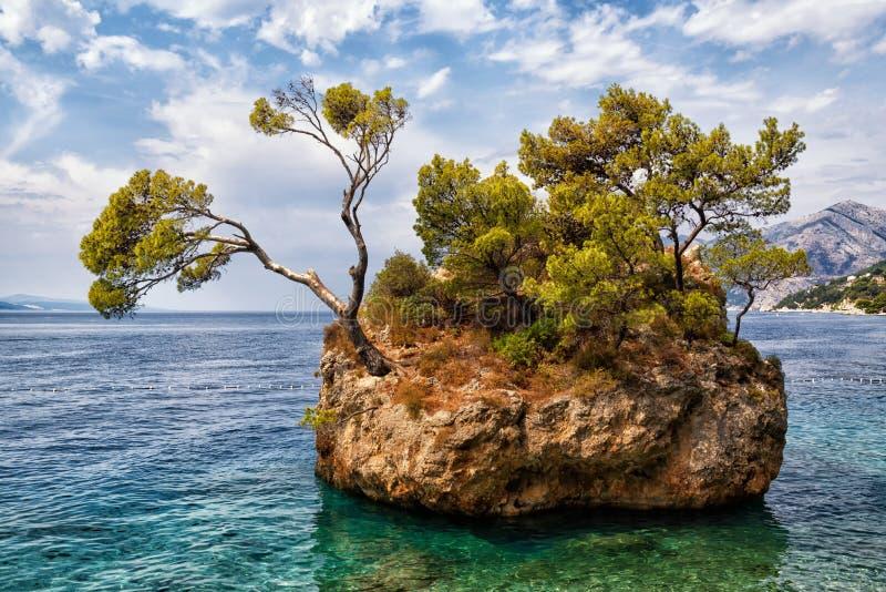 岩石海岛, Brela,克罗地亚 免版税库存照片