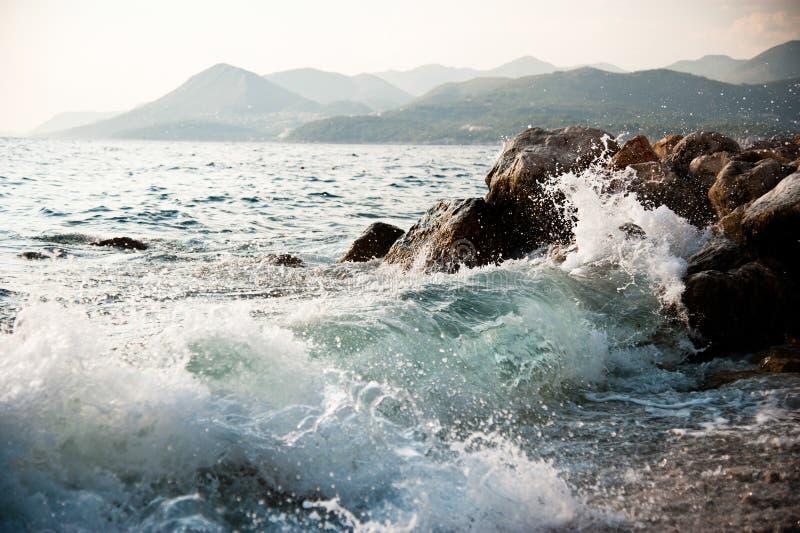 岩石海岸和波浪飞溅 库存照片