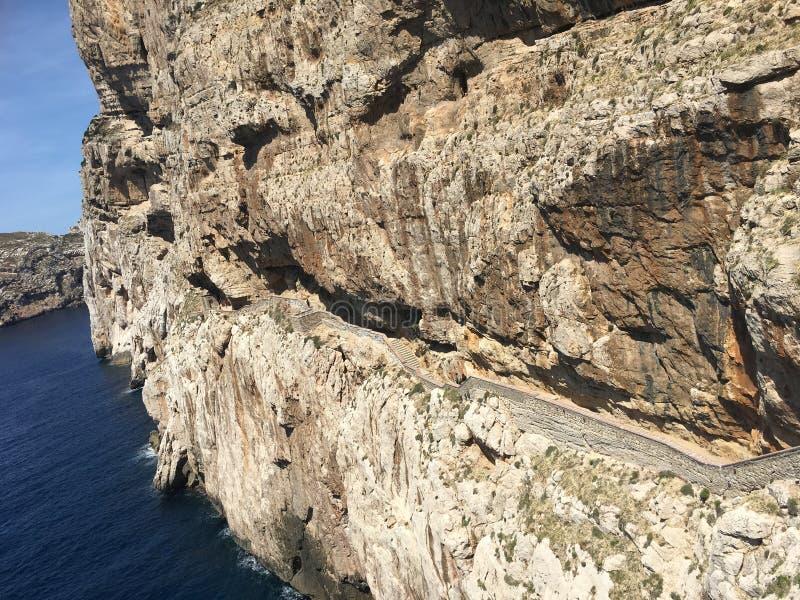 岩石海岸在意大利撒丁岛, CappoCaccia,萨萨里 免版税库存图片