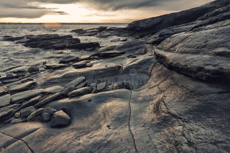 岩石海岸在罗德岛州 免版税库存图片