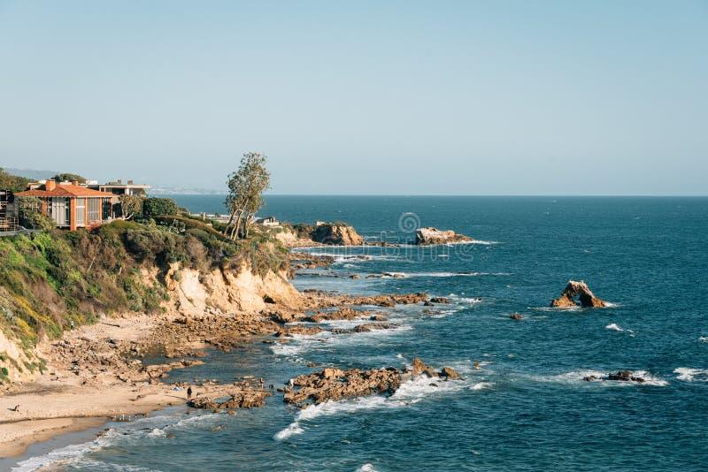 岩石海岸看法在科罗娜del Mar,新港海滨,加利福尼亚 库存图片