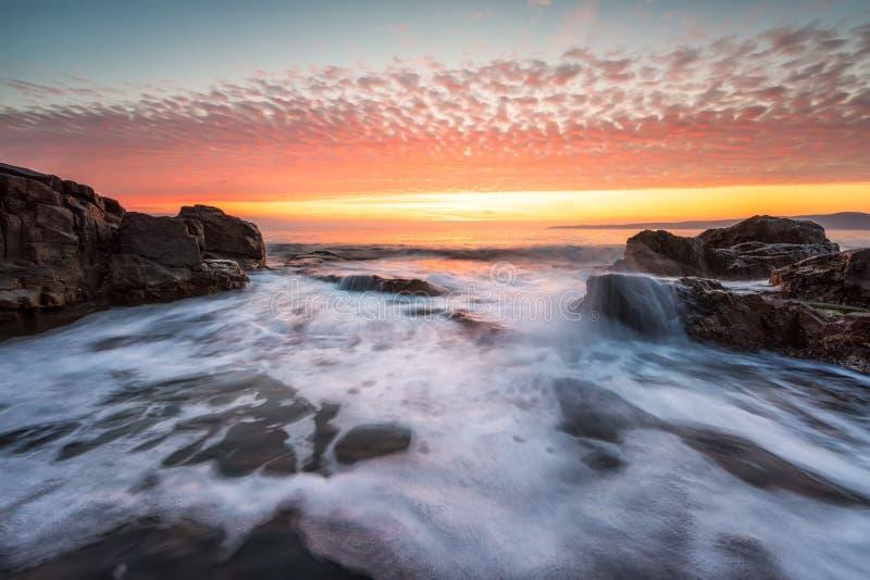 岩石海岸线的风雨如磐的海 免版税图库摄影